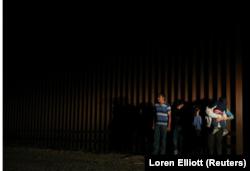 Người nhập cư vượt biên giới bất hợp pháp từ Mexico vào Mỹ bị lực lượng Tuần tra Biên giới Mỹ bắt giữ gần McAllen, bang Texas, ngày 5 tháng 4, 2018.