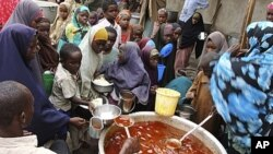 Wanawake na watoto huko kusini mwa Somalia wakipokea chakula kwenye kituo kimoja cha Mogadishu, hali hii imetokana na ukosefu wa mvua uliosababisha njaa katika pembe ya Afrika