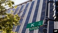 ARSIP - Dikenal sebagai pusat para pelobi, pengacara, dan lembaga pemikir koridor K Street tampak di baratdaya 18th Street di Washington, 3 Mei 2018 (foto: AP Photo/J. Scott Applewhite)
