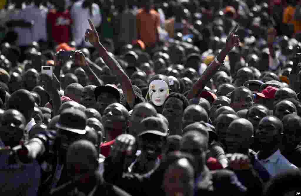 یک معترض در سالروز استقلال کنیا، ماسکی به صورت زده است.
