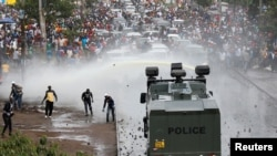 Polisi Kenya wawatawanya waandamanaji mjini Nairobi waliokuwa wanamsindikiza kiongozi wa upinzani Raila Odinga baada ya kurejea kutoka ziarani Marekani.