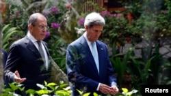 美國國務卿克里(右)星期一在印度尼西亞會見了俄羅斯外交部長拉夫羅夫。