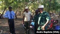 Matsangaissa Jr, no centro, ladeado por Mariano Nhongo e o porta-voz da Junta Militar.