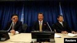지난 2013년 미국 뉴욕 유엔본부에서 신선호 유엔주재 북한대표부 대사(가운데)가 기자회견을 하고 있다. (자료사진)