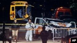 1일 차량 돌진 테러가 발생한 미국 뉴욕 맨해튼에서 경찰이 사건 현장을 수색하고 있다.