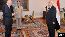 Nhà lãnh đạo phe cấp tiến của Ai Cập Mohamed ElBaradei (trái) tuyên thệ nhậm chức Phó tổng thống đặc trách đối ngoại, trước Tổng thống lâm thời Adly Mansour tại Cairo, 14/7/13