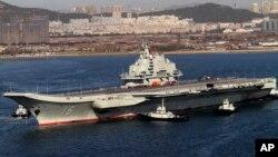 Tàu sân bay Liêu Ninh của Trung Quốc tại cảng Đại Liên. Theo Trung Tâm Nghiên cứu Chiến lược Quốc tế CSIS, Bắc Kinh sẽ đầu tư 'nặng ký' cho công tác phát triển và bố trí nhiều đội tàu sân bay trong khu vực trước năm 2030.