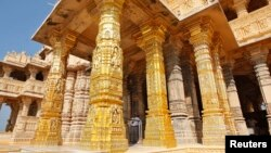 Pilar-pilar berlapis emas di sebuah kuil Shiva di Somnath, negara bagian Gujarat. (Foto: Dok)