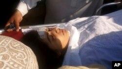 Tư liệu - Bị bắn vào đầu, Malala Yousufzai đang được đưa lên máy bay trực thăng bay tới Peshawar điều trị . Ảnh chụp tại Thung lũng Swat, Pakistan, ngày 9/10/2012.