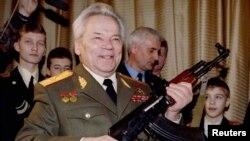 米哈伊尔·卡拉什尼科夫手持他发明的AK-47自动步枪庆祝他80岁生日。AK-47自动步枪是俄国对阿富汗和扎伊尔的半世纪战争中的首选武器。