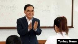 정홍원 한국 국무총리가 3일 경기도 안성에 위치한 북한이탈주민 정착지원사무소 '하나원'을 방문해 수업중인 탈북 학생들을 격려하고 있다.