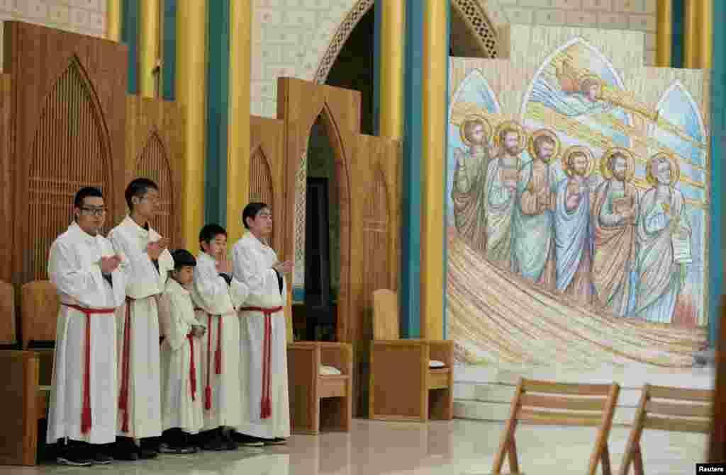 2018年12月24日,聖誕節前夕的北京西什庫大教堂(也稱為北堂)裡,教徒參加彌撒。
