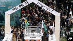 منقسم کشمیر کو ملانے والے پل پر سے تجارت کا سامان لے جایا جارہا ہے