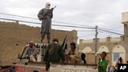 Des combattants du groupe Ansar Dine patrouillent en véhicule à Tombouctou, Mali