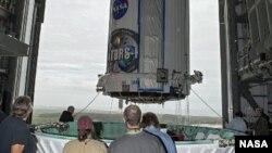 Foto de archivo. Un satélite de rastreo de la NASA, TDRS-K, es colocado en el tope de un cohete Atlas V para su lanzamiento al espacio. Enero 20 de 2013. (NASA)