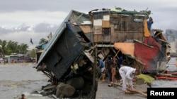 Rumah yang rusak akibat angin kencang yang dibawa oleh Topan Rammasun di kompleks Baseco, Manila 17 Juli 2014.
