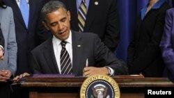 El memorando del presidente Obama dice que el gobierno debe dar el ejemplo ayudando a las víctimas.