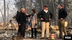 美国总统特朗普2018年11月17日在加利福尼亚州基本被山火烧成一片废墟的天堂镇视察
