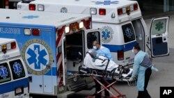 Osoblje hitne pomoći prebacuje pacijenta u bolnicu Masačusets Dženeral u Bostonu.