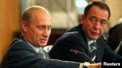 Presiden Rusia Vladimir Putin (kiri) bersama Mikhail Lesin, yang dulu menjabat sebagai Menteri Pers Rusia (foto: dok).
