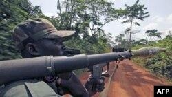 1 người lính thuộc lực lượng cộng hòa Côte d'Ivoire tuần tra ở Fengolo