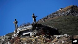 印度軍人在中印邊境海拔4700米的布姆拉站崗。