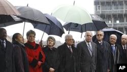 12月13号,巴勒斯坦民族权力机构主席阿巴斯(中)和联合国教科文组织总干事伊琳娜.博科娃(左4)观看升旗仪式
