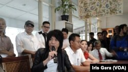 Abdee Slank (jaket hitam) menjelaskan acara syukuran rakyat menyambut pemimpin baru di Jakarta, 13 Oktober 2014 (Foto: VOA/Iris Gera)