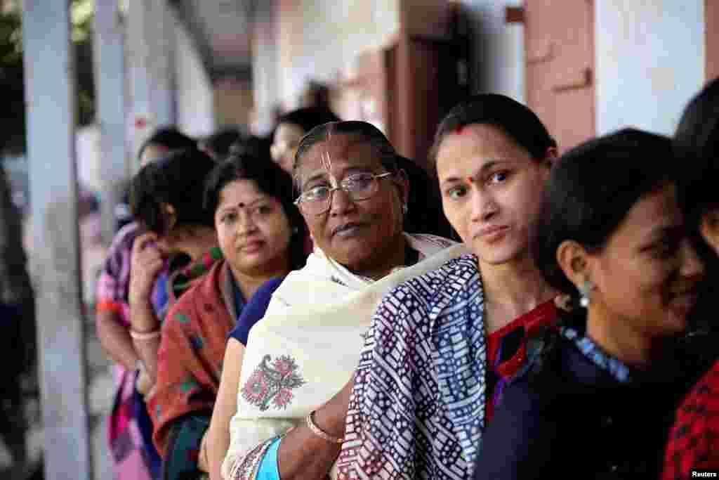 خواتین ووٹ ڈالنے کے لیے صبح سے قطار میں کھڑی ہیں۔