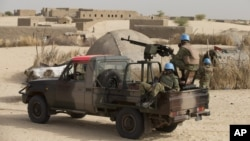 Binh sĩ gìn giữ hòa bình Liên Hiệp Quốc tuần tra một khu phố ở ngoại ô Timbuktu, Mali.