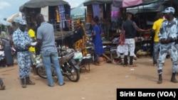 Des policiers effectuent des contrôles en plein marché, Bouaké, Côte d'Ivoire, 11 octobre 2017. (VOA/Siriki Barro)