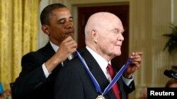 John Glenn condecorado por Barack Obama