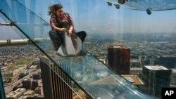 El deslizador fue construido afuera de un rascacielos y fue bautizado con el nombre de Skyslide.