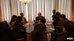 台灣駐美代表高碩泰在台灣駐美代表處與華文媒體訪談(美國之音鍾辰芳拍攝)