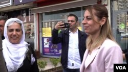 With the HDP Party shut out of the media, mayor candidate for Diyarbakir's Kayar Pinar district takes to the streets to build support. (D. Jones/VOA)