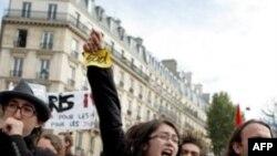 Dự luật nâng tuổi tối thiểu để về hưu từ 60 lên 62 tuổi đã làm bùng ra những vụ đình công và phản kháng trên khắp nước Pháp