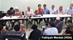 Jumpa pers kuasa hukum Abu Bakar Ba'syir di kawasan Fatmawati, Jakarta Selatan, Sabtu, 19 Januari 2018.(Foto: Fathiyah Wardah/VOA)