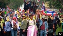 Para demonstran anti-pemerintah meneriakkan yel-yel saat berpawai di jalan-jalan ibukota Bangkok (24/1). Mahkamah Konstitusi Thailand menetapkan bahwa pelaksanaan Pemilu Nasional yang semula dijadwalkan akan diadakan tanggal 2 Februari mendatang dapat ditunda.