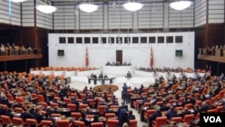 پیش تر، طرح پیشنویس این لایحه به درگیری فیزیکی نمایندگان پارلمان ترکیه منجر شده بود.