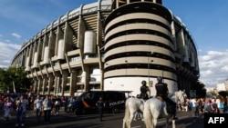 La police patrouille à cheval devant le stade Santiago Bernabeu de Madrid, Espagne, le 3 juin 2017. (Photo: AFP / OSCAR DEL POZO)