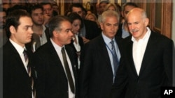 希臘總理潘帕德里歐(右)和主要反對黨領導人就組建臨時政府未達共識。