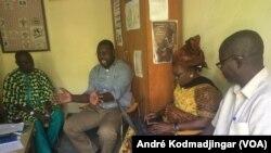 A gauche, Djekourninga Kaoutar Lazare directeur de la radio FM Liberté et son équipe, au Tchad, le 13 février 2019. (VOA/André Kodmadjingar)