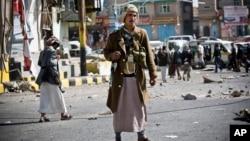 Houthi Shiite Yemeni gather while guarding a street leading to the presidential palace in Sanaa, Yemen, Jan. 20, 2015.