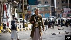 'Yan Tawayen Houthi Shi'aYemeni suna tsaron hanyar da ta tafi fadar gwamnati a birnin Sanaa, kasar Yemen