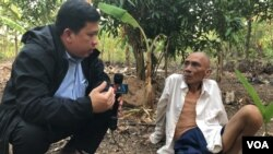 VOA Khmer reporter Sok Khemara​ interviews Ao An in Battambang province's Kamrieng district in mid-December 15, 2019. (Hul Reaksmey/VOA Khmer) ​​