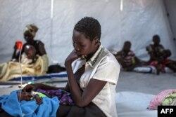 Một người mẹ ngồi bên đứa con trong một trạm y tế được tổ chức Bác sĩ Không biên giới MSF lập ra ở Minkammen