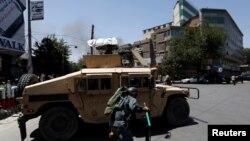 自殺炸彈殺手對伊拉克駐阿富汗大使館發動襲擊。隨後,喀布爾中心地區可以聽到槍聲。