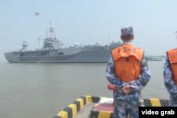 """美國海軍第七艦隊指揮艦""""藍嶺號""""日前抵達上海。(視頻截圖)"""