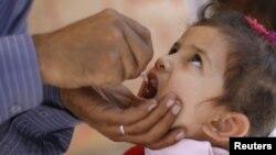 Una niña recibe una dosis de la vacuna oral contra la polio en Yemen.