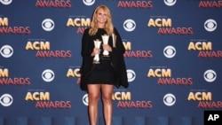«میراندا لمبرت» دو جایزه بهترین ترانه سال و بهترین خواننده زن سال را گرفت